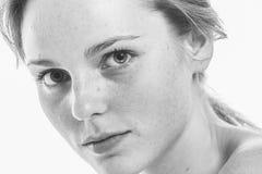 Młody piękny pieg kobiety twarzy portret z zdrowym skóra b zdjęcia stock