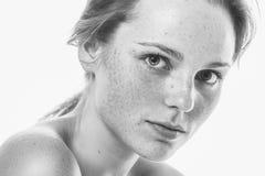 Młody piękny pieg kobiety twarzy portret z zdrowym skóra b fotografia royalty free