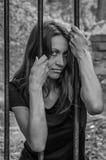 Młody piękny seksowny dziewczyna więzień za żelaznym ogrodzeniem Obraz Royalty Free