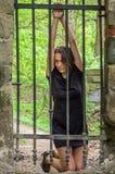 Młody piękny seksowny dziewczyna więzień za żelaznym ogrodzeniem Obraz Stock