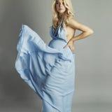 Młody piękny seksowny i elegancki kobieta w ciąży w błękit sukni Obraz Royalty Free