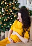 Młody piękny szczęśliwy kobieta w ciąży w długim kolor żółty sukni siti Obrazy Royalty Free