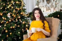 Młody piękny szczęśliwy kobieta w ciąży w długim kolor żółty sukni siti Zdjęcia Stock