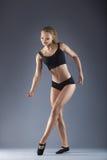 Młody piękny tancerz pozuje na pracownianym tle obrazy royalty free