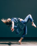 Młody piękny tancerz pozuje w studiu Obrazy Stock