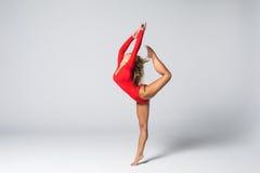 Młody piękny tancerz w czerwonym swimsuit pozuje na białym pracownianym tle fotografia royalty free