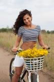 Młody piękny womanon rower w wsi obraz royalty free