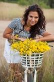 Młody piękny womanon rower w wsi zdjęcia royalty free
