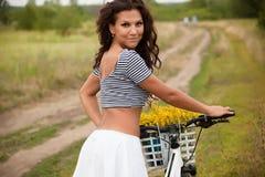 Młody piękny womanon rower w wsi obraz stock