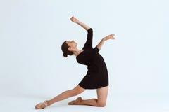 Młody piękny współczesny tancerz pozuje nad białym tłem kosmos kopii Obrazy Royalty Free
