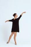 Młody piękny współczesny tancerz pozuje nad białym tłem kosmos kopii Obrazy Stock