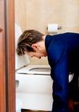 Młody pijący lub chory mężczyzna buchanie zdjęcie royalty free