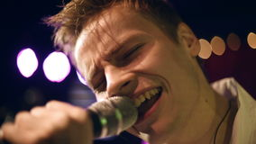 Młody piosenkarza zakończenie up tła bokeh muzyczne notatki tematowe zbiory wideo