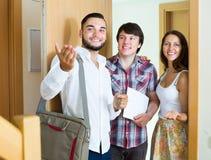 Młody pośrednik handlu nieruchomościami mówi o nowym nowożytnym mieszkaniu Fotografia Royalty Free