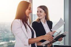 Młody pośrednik w handlu nieruchomościami pokazuje mieszkanie i dyskutuje z klientem kontrakt i innych dokumenty Zdjęcie Stock