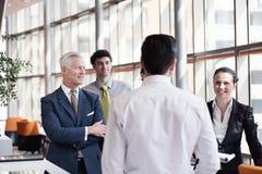 Młody początkowy biznesmen robi prezentaci starszy investio Fotografia Stock