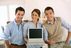 Młody początkowy pokazuje tekst lub rezultaty na laptopu ekranie Obrazy Stock