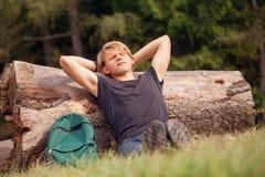Młody podróżników odpoczynków czas przy lasowym obrzeżem Zdjęcia Royalty Free