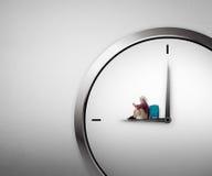 Młody podróżnik Siedzi Na zegarku Obraz Royalty Free