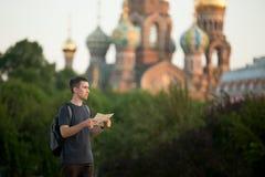 Młody podróżnik z mapy gmeraniem dla kierunku zdjęcia royalty free