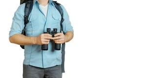 Młody podróżnika mężczyzna Szuka kierunek Z plecakiem I lornetkami Wycieczkować turystyki podróży pojęcie Zdjęcie Stock