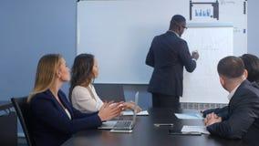 Młody pomyślny amerykanina biznesmen przedstawia na pieniężnym konwersatorium Obraz Royalty Free