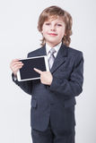 Młody pomyślny biznesmen z pastylką w rękach Obraz Stock