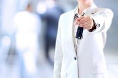 Młody pomyślny bizneswoman oferuje samochodowego klucz zdjęcie stock