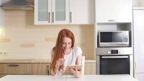 Młody pomyślny bizneswoman używa pastylkę żyje izbowego ministerstwo spraw wewnętrznych w domu, fachowy żeński pracodawcy otrzymy zbiory wideo