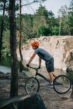 młody próbny rowerzysta jedzie outdoors przed jeziorem obraz stock