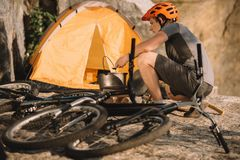 młody próbny rowerzysta przy campingiem obrazy royalty free