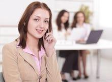 Młody pracownik na telefonie w biurze obraz stock