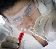 młody pracy naukowej maskę zdjęcia stock