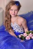 Młody princess w błękitnej wieczór sukni z różami i błękitnym kapeluszem troszkę zdjęcia royalty free