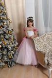 Młody princess w bielu z menchii suknią zdjęcia royalty free