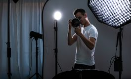 Młody pro fotograf z cyfrową kamerą zdjęcie royalty free