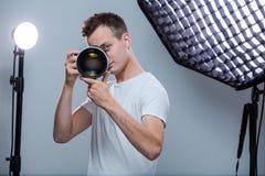 Młody pro fotograf z cyfrową kamerą zdjęcia royalty free