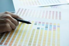 Młody projektant grafik komputerowych pracuje z koloru swatch kreatywnie mężczyzna u Zdjęcie Stock