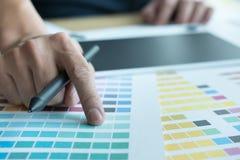 Młody projektant grafik komputerowych pracuje z koloru swatch kreatywnie mężczyzna u Fotografia Stock