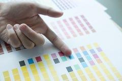 Młody projektant grafik komputerowych pracuje z koloru swatch przy nowożytny offic Zdjęcie Stock