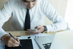 Młody projektant grafik komputerowych pracuje z komputerem kreatywnie mężczyzna używać Zdjęcie Royalty Free