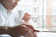 Młody projektant grafik komputerowych pracuje z komputerem kreatywnie mężczyzna używać Fotografia Stock