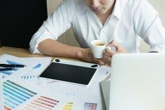 Młody projektant grafik komputerowych pracuje z komputerem kreatywnie mężczyzna używać Obrazy Stock