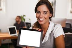 Młody przedsiębiorca wystawia jej pastylka komputer Fotografia Stock