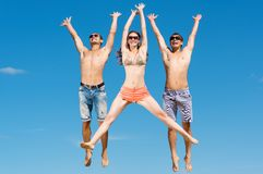 Młody przyjaciół skakać Zdjęcia Stock