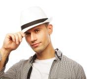 Młody przypadkowy mężczyzna z kapeluszem Zdjęcia Royalty Free