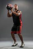Młody przystojny Afrykański mężczyzna bawić się koszykówkę fotografia stock