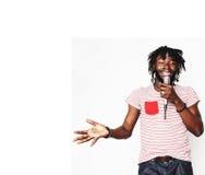 Młody przystojny amerykanin afrykańskiego pochodzenia chłopiec śpiewać emocjonalny z mikro Obraz Stock