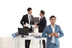 Młody przystojny biznesmen z błękitnym kostiumem Obraz Stock