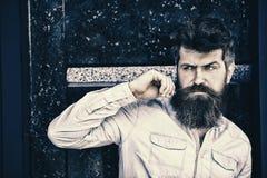 Młody przystojny brodaty mężczyzna pozuje w miastowym kontekscie Sukcesu i zaufania pojęcie Atrakcyjny mężczyzna w drelichowej ko Fotografia Royalty Free